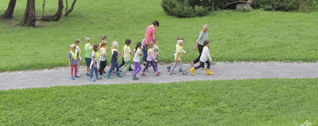groupe enfants marche