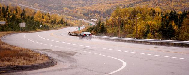 route sinueuse au Saguenay Lac-Saint-Jean un jour de pluie