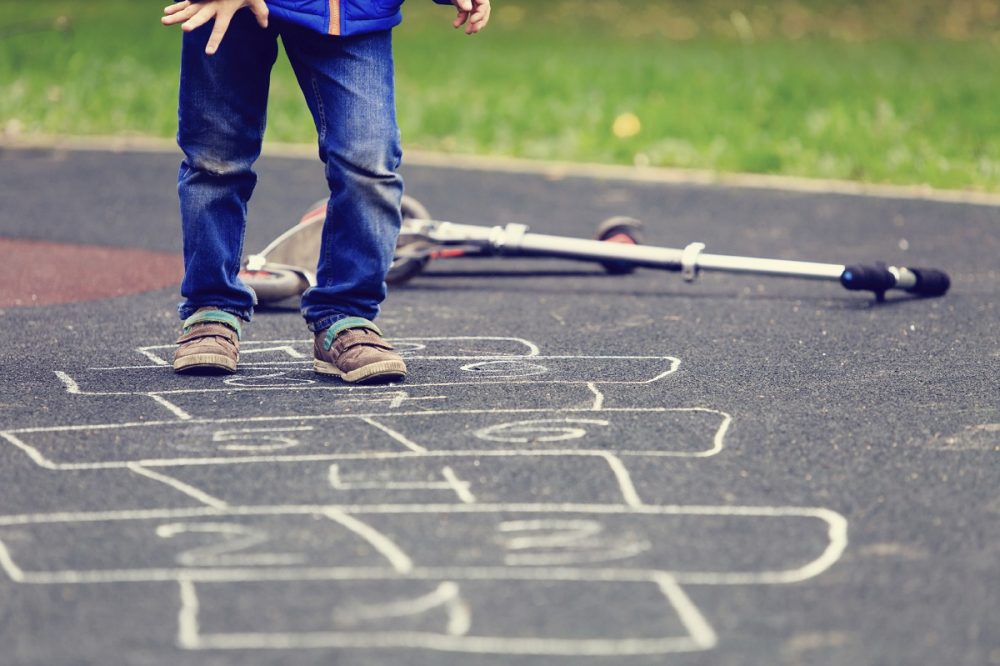 enfant-jouant-rue